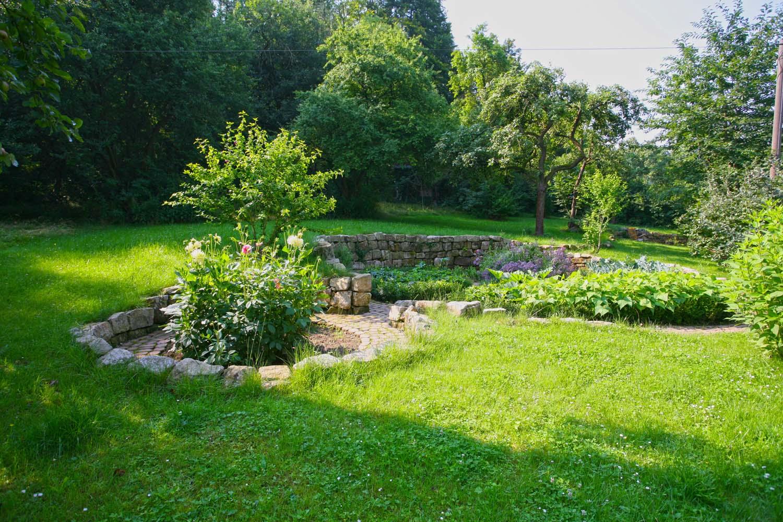 Natürlicher Garten Mit überdachter Sitzecke: Eine Auswahl An Gartenideen